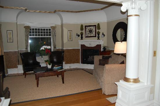 1801 First Luxury Inn: living room