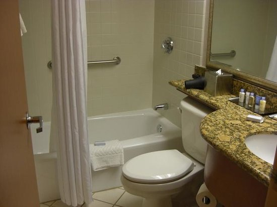 DoubleTree by Hilton Hotel Madison:                   Standard bathroom