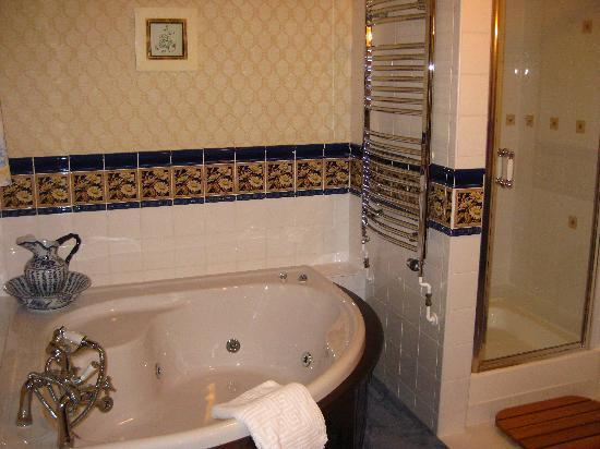Highland Court Lodge: Bathroom in luxury deluxe room