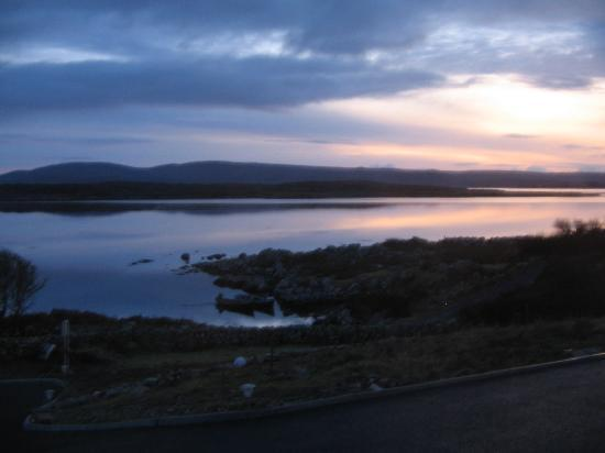 Rossroe Lodge B&B: View from our window (Cashel Bay sunset)