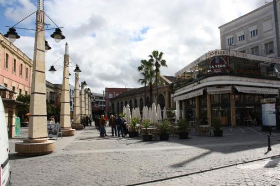Mercado Central de Abastos: Calle Doña Blanca, en Jerez de la Frontera. Su nombre le viene por la reina Doña Blanca de Borbó