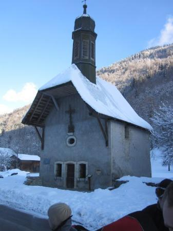 Samoens, Frankrike: Should we need guidance, there's a church across the street.