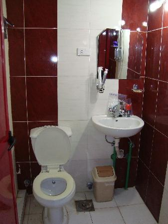 Mandarin Hostel: Bathroom