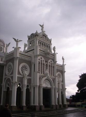 La Basílica de Los Ángeles es un templo católico de la ciudad de Cartago, Costa Rica. Se encuent