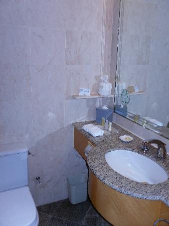 Island Pacific Hotel: Bathroom