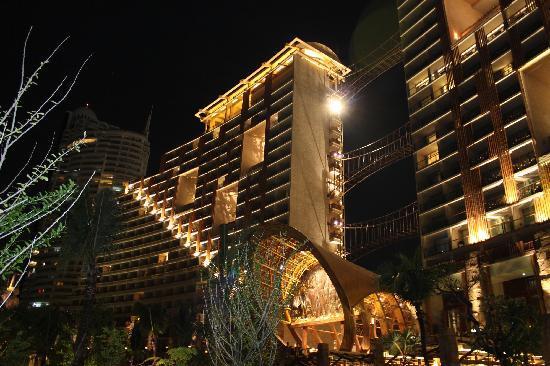 Centara Grand Mirage Beach Resort Pattaya : Hotel looks great at night