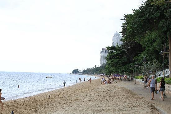 Centara Grand Mirage Beach Resort Pattaya : Looking up the beach outside the hotel