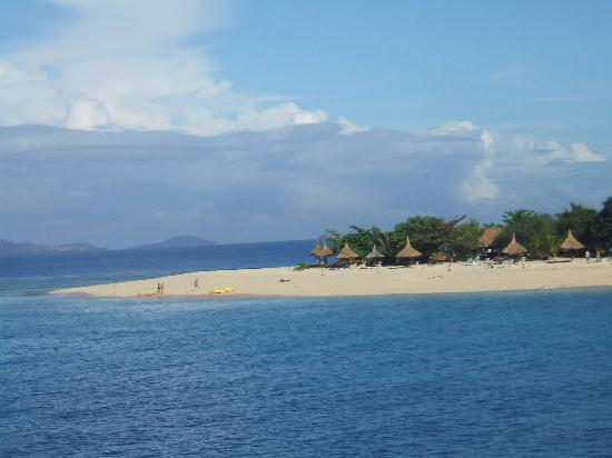 ฟิจิ: マナ島に行く途中の小島