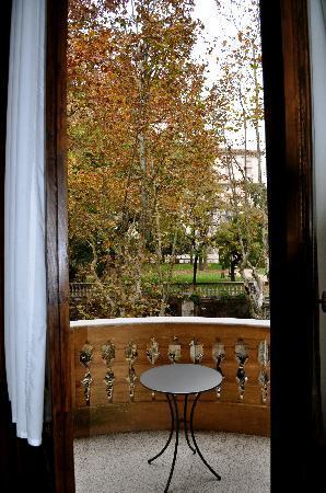 วิลลา สปาเล็ทติ ทริเวลลี: Our balcony with its view to a small park