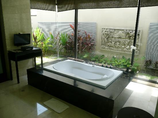 Banyan Tree Ungasan, Bali: Huge Bathtub