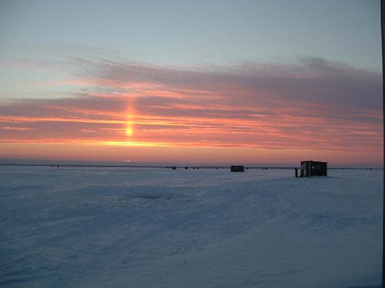 Border View Lodge: Sunset from one of the ice fishing houses