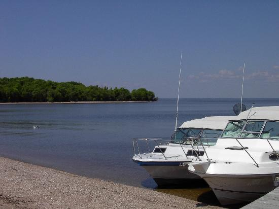 Border View Lodge: Couple of the 27' Sportcraft charters taking a break for delicious shore lunch