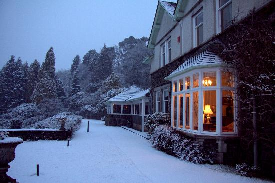 Lindeth Fell Country House: Lounge and garden on a snowy evening