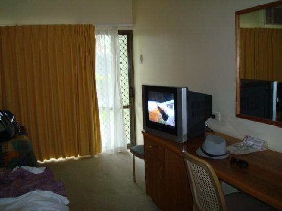 Kondari Resort Hervey Bay: Last room - TV and desk