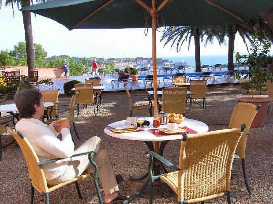 Hotel Les Jardins du Cedre : Petit-déjeuner en terrasse