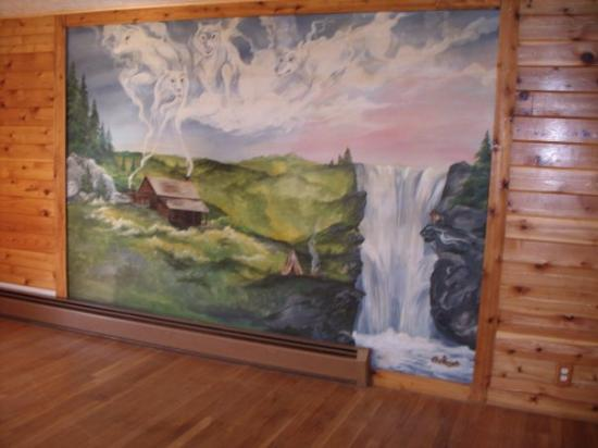 Waynesboro, فيرجينيا: wall murrell on wall in livingroom at new house