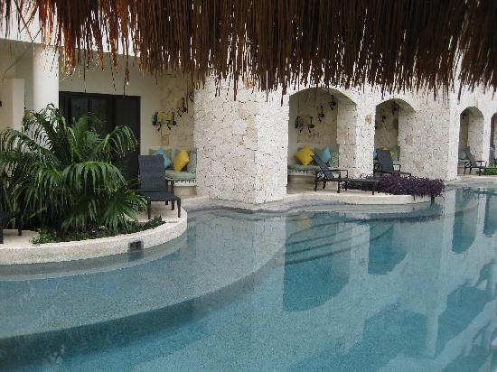 Secrets Maroma Beach Riviera Cancun: Swim-Out pool looking in