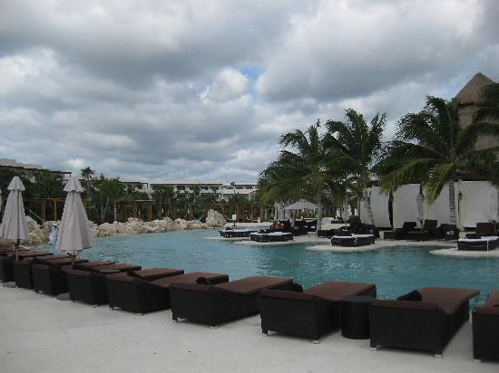 Secrets Maroma Beach Riviera Cancun: Main Pool Area in the Morning