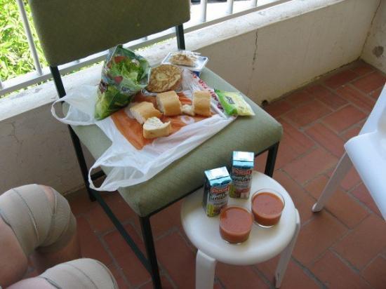 Benicásim, España: Picknick på balkongen; sallad, bröd, gazpacho och dricka. Kan inte bli bättre en eftermiddag när