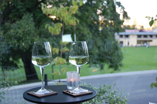 "Queenstown Park Boutique Hotel: wine at ""pre dinner hour"""