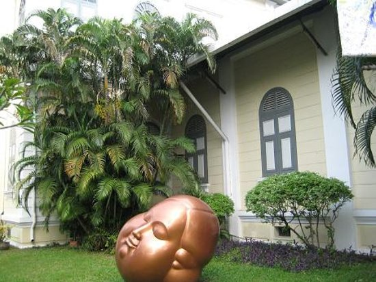 The National Gallery Bangkok: 前庭のオブジェ