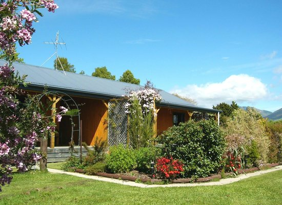 Riwaka Retreat : Estuary Cottage and Estuary Studio