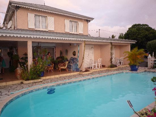 Saint-Joseph, La Reunion: La piscine et les 2 chambres d'hôtes contigües à la maison des propriétaires
