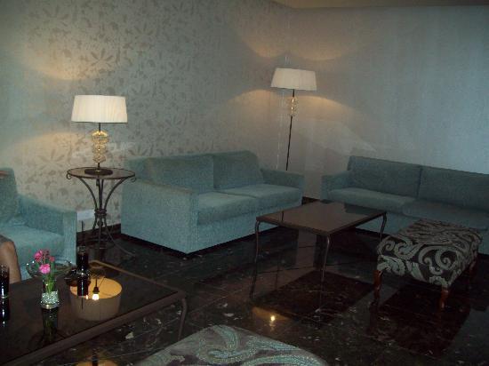 Poseidonia Beach Hotel: Lush lobby