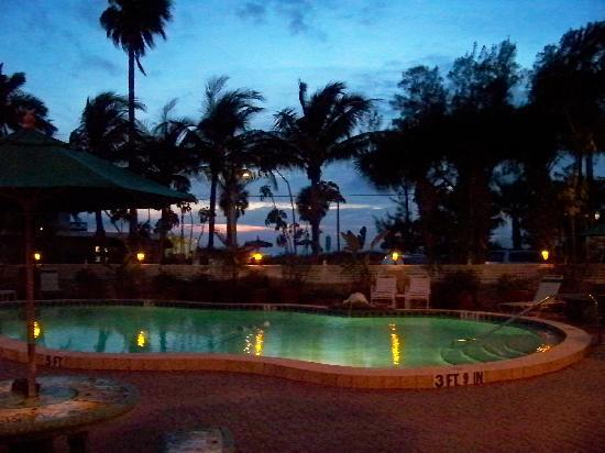 Tortuga Beach Resort: Front pool at dusk