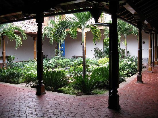 Miss Margrit's Guest House: Courtyard