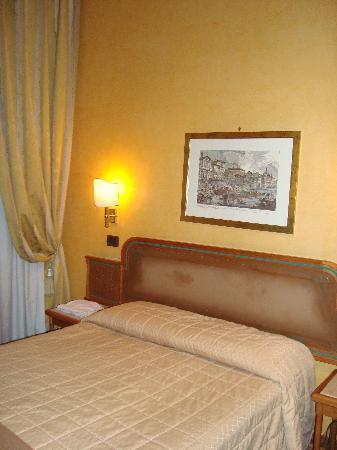 la testata del letto ha perso l\'imbottitura!!! - Foto di Hotel Regno ...