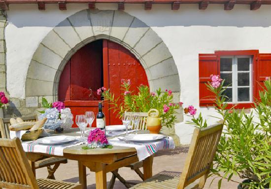 Hôtel Restaurant Mendi Alde : Manger en terrasse face à la montagne