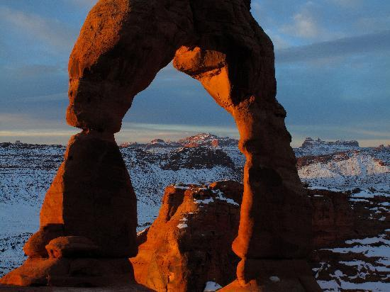 Γιούτα: The Morning sun on Delicate Arch in Arches National Park