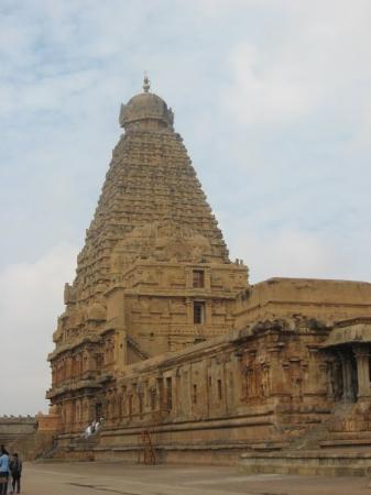Thanjavur, India: Храм Шивы-Брихадишвары.    Высота главной башни храма более 60метров (!)