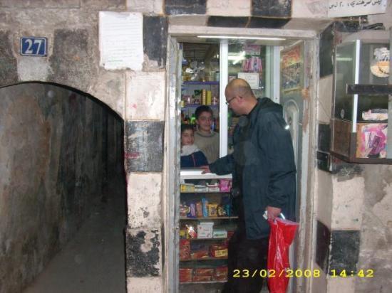 Old City: ŞAM'da Emevî Camii'nin arka sokaklarinda bir bakkal dükkanı