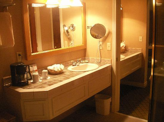Pine Ridge Inn: Two seperate vanity areas plus deep jacuzzi tub and glassed in shower