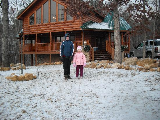 ‪‪Smoky Cove Chalet and Cabin Rentals‬: The kids and the snow!‬