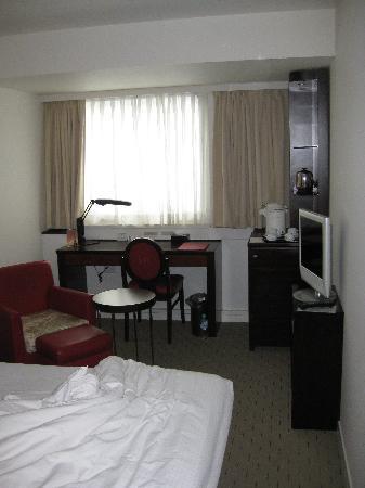 Mercure Tokyo Ginza: Room 1219 bed/Minibar area