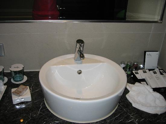 THE Tango Taichung: bathroom with toiletries provided