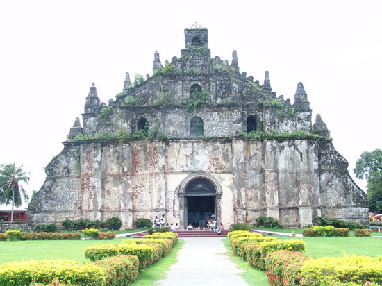 Paoay, Filippinerna: The church's age is clearly shown on its stained walls