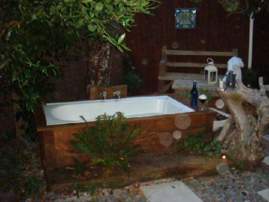 Kaikoura Cottage Motels: outside bath