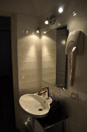 Relais Palazzo Taverna: Part of bathroom