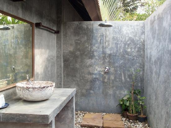 Chaw Ka Cher Tropicana Lanta Resort: outdoor bathroom