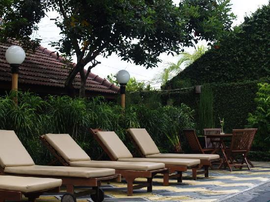 Rumah Mertua Boutique Hotel & Garden Restaurant & Spa: lounge chairs by pool