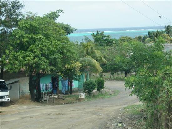 Mayan Princess Beach & Dive Resort: Driving into Pollitilly