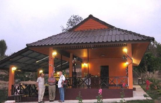 Ban Rai Tin Thai Ngarm Eco Lodge: Visiting with guests at the lodge