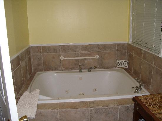 Antons on the Lake Country Inn & Marina: a slice of heaven! the whirlpool tub! :)