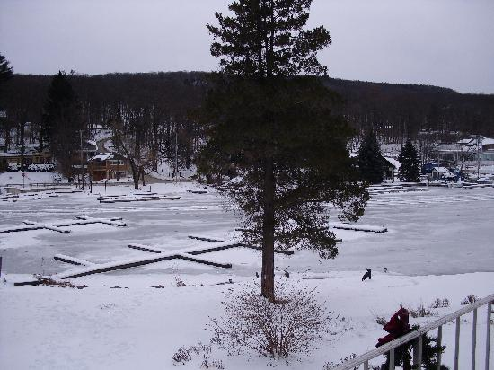 Antons on the Lake Country Inn & Marina: greenwood lake in the winter.