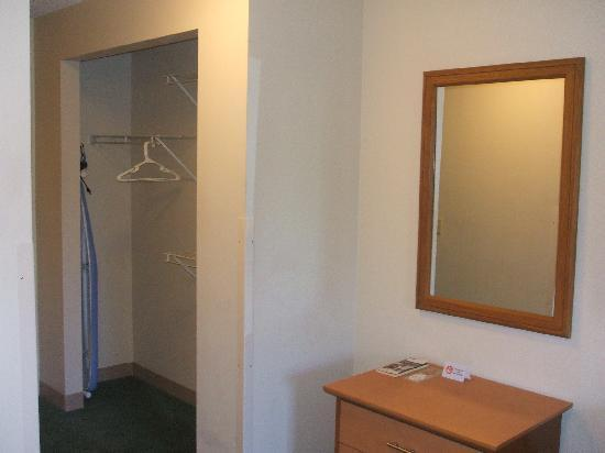 Extended Stay America - Cincinnati - Blue Ash - Reagan Highway: the closet