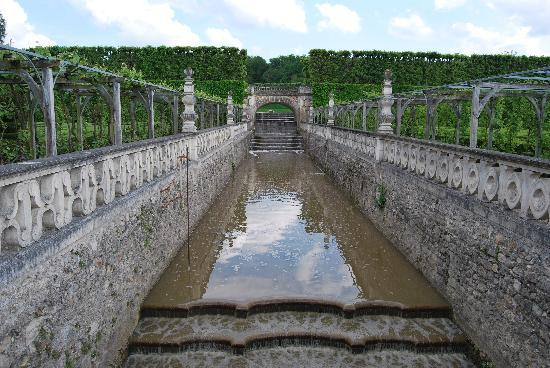 Chateau de Villandry gardens/waterfall in to moat